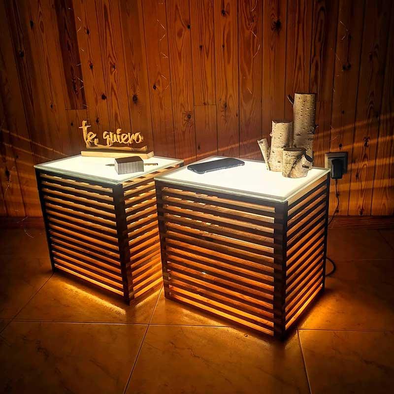 mesitas de noche de madera iluminadas