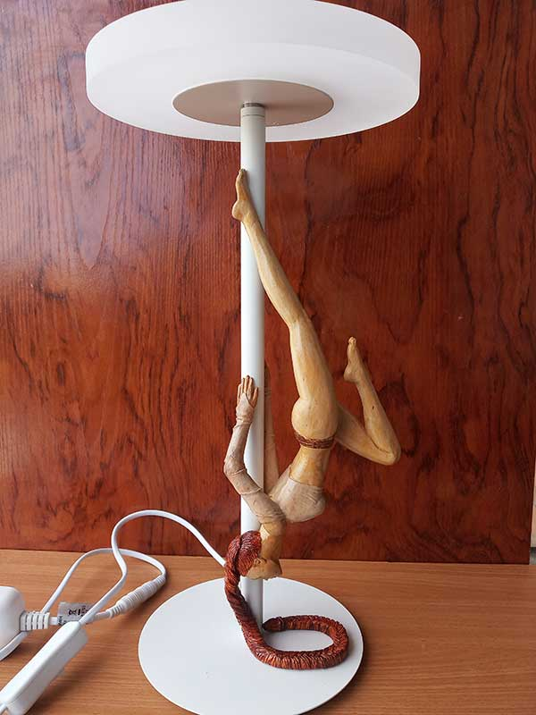 bailarina de madera con lámpara