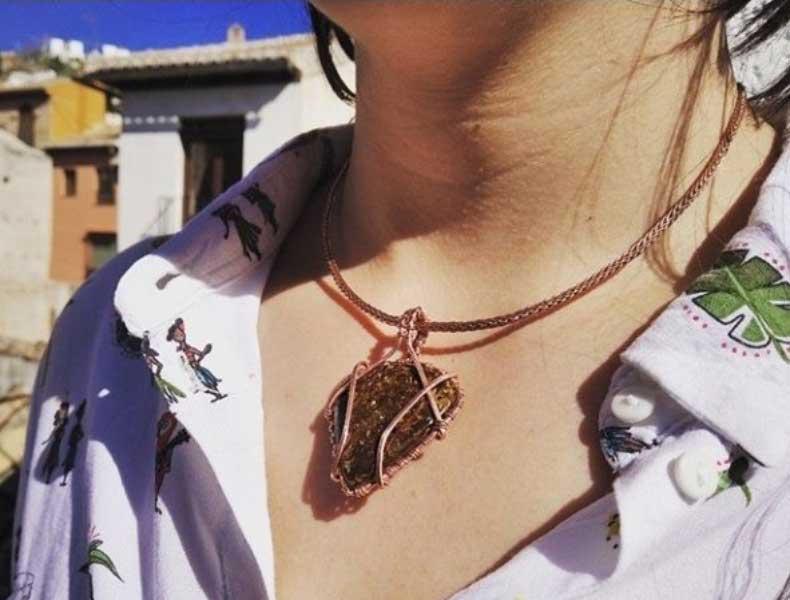 joyas y amuletos, brazaletes, colgantes de mujer, pendientes de señora con piedras naturales